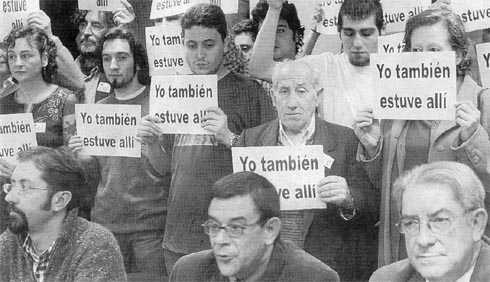 Celso Miranda, Carlos Penalva, Roberto Sáchez Ramos, Francisco de Asís Fernández Junquera y otros militantes de Izquierda Unida de Asturias en la comparecencia del 31 de marzo de 2004 reconociendo que participaron en la jornada de agitación contra el PP el día de reflexión previo a las elecciones del 14M