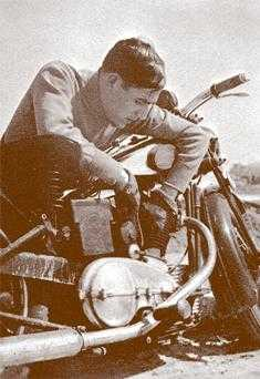 Ramiro Ledesma cuida su potente motocicleta Royal Enfield 501, de 4.88 caballos